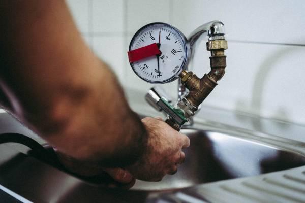 Unsere Experten bei der Leckortung mit Formiergas bei besonders schwierigen Wasserlecks